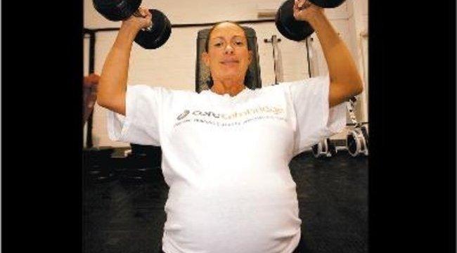 15 kilós súlyzóval edz a kismama 11 nappal szülése előtt