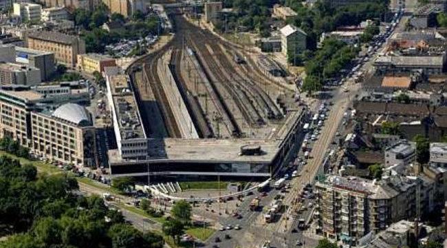 Tovább omlik a támfal a Déli pályaudvarnál
