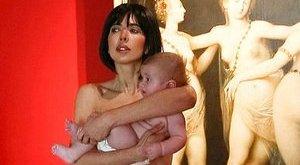 Totál meztelenül ment kiállításra a szexi művésznő