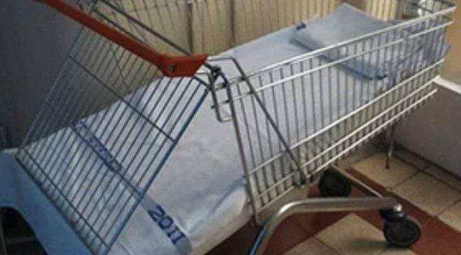 Bevásárlókocsiban szállítják a gyerekeket a szegedi klinikán