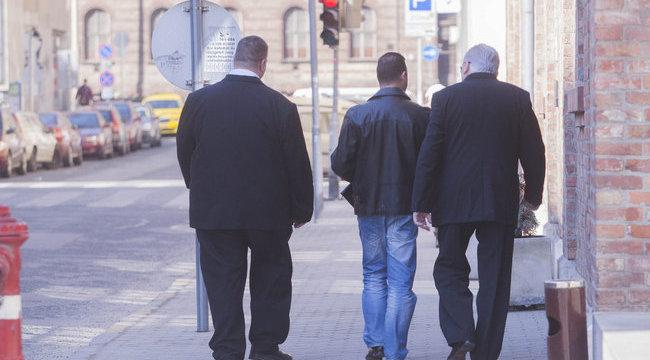 Testőrök kísérték Alekoszt a bíróságra