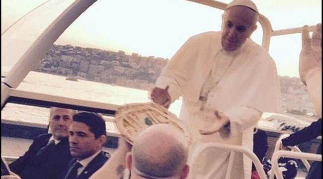 Bivalytejes pizzát adott a pápának