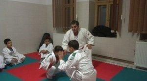 Szakavatott mester oktatja dzsúdóra a romákat