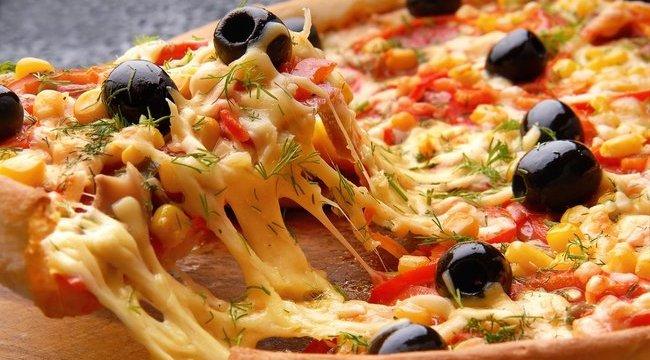 Forró pizzával verték arcon a lányt