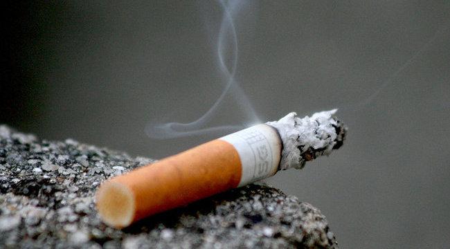 Ököllel szerzett magának cigit a zsákai megállóban