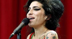 Sírból is támadja apját Amy Winehouse