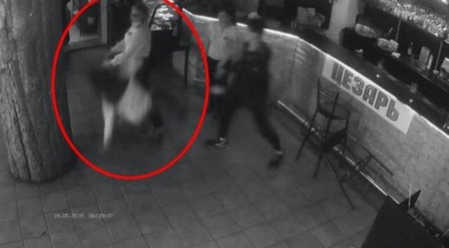 Így jár az, aki a pincérnő fenekét fogdossa - durva videó