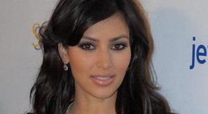 Így néznek ki latexben Kim Kardashian mellei