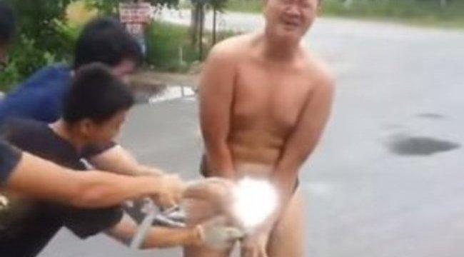 Vöröshangyákkal etette férfiasságát - videó
