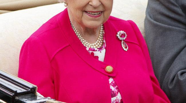 Modellek nyomában jár II. Erzsébet királynő