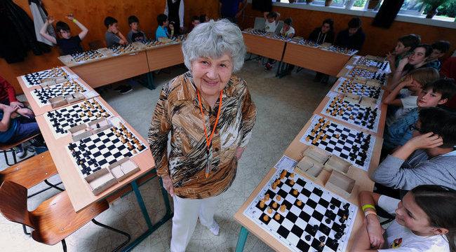 Sakk-királynő lett Bici néniből