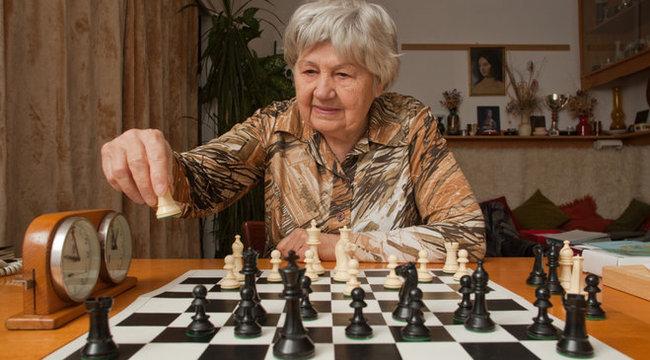Két infarktusából segítette ki a sakk Bici nénit