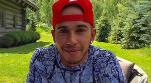A hegyekben lazít Lewis Hamilton