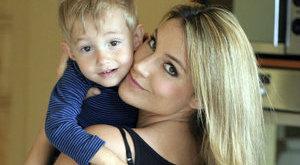 Som-Balogh Edina szoptatja két és fél éves kisfiát