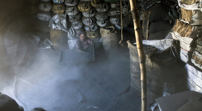 Hatszáz forintért dolgoztatják a nőket a gyárban – döbbenetes képek