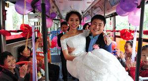 Buszon házasodott a spórolós fiatal pár