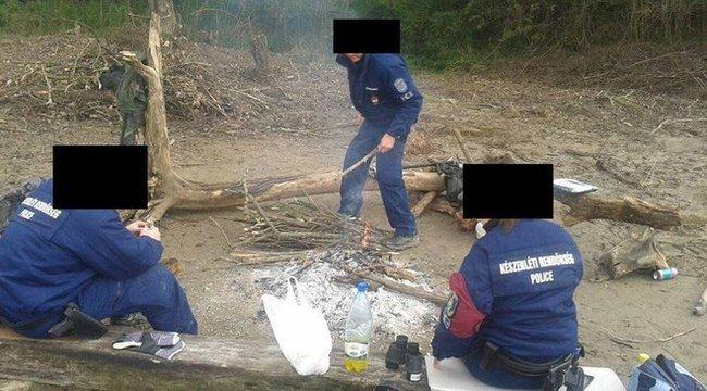 Tűz mellett szárítják bakancsukat a határmenti rendőrök