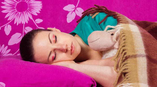 Nem fogja elhinni, miről árulkodik, ha magzatpózban alszik