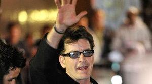 Charlie Sheen szerződést íratott alá prostijaival