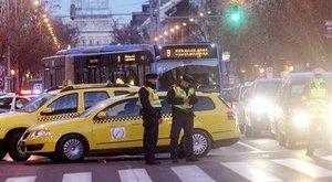 Napokig is zavarhatják a forgalmat a taxisok