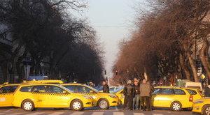 Blokád alá vették a belvárost a taxisok