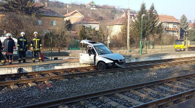 Kettészakadt egy Audi a budakalászi balesetben – durva fotók