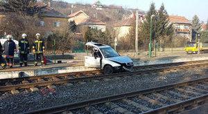 Kettészakadt egy Audi a budakalászi balesetben