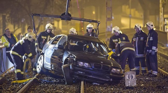 Brutális baleset: a HÉV-síneken landolt a BMW