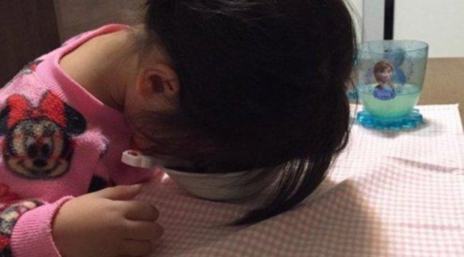 Új őrület: fotózza le hülye pózban elalvó gyerekét!