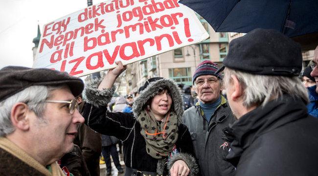 Miközben Orbán beszélt, tüntetők csaptak össze