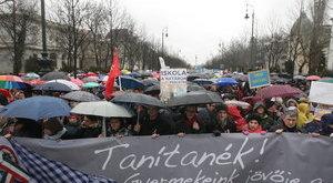 Tízezrek tüntettek a Kossuth-téren – fotók