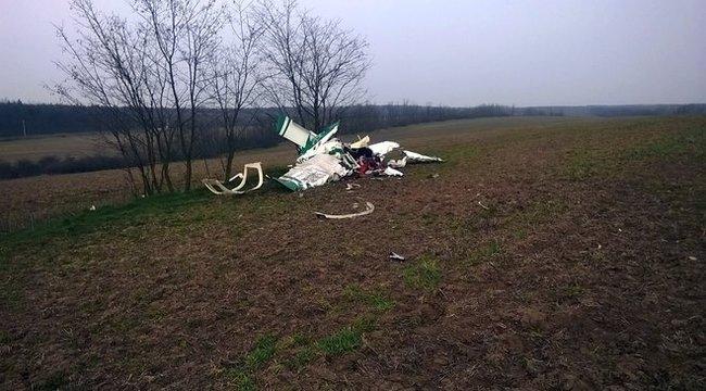 Fotók: földbe csapódott egy repülő Pest megyében
