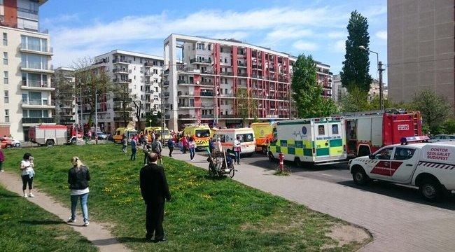 Súlyos baleset: felborult egy mentőautó Budapesten - helyszíni fotók