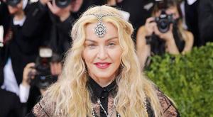 Tangás, csöcskivágott szettben jelent meg Madonna – fotók