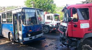 Kukásautó és busz karambolozott frontálisan Budapesten – fotóval