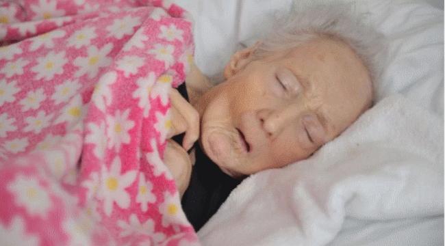 Embertelenül bántak a nénivel az idősotthonban - megrázó fotók és videó