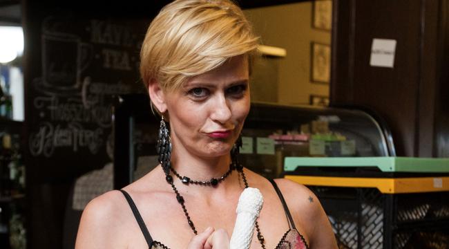Kukacot keresett:szétroncsolta középső ujját a Jóban Rosszban színésznője