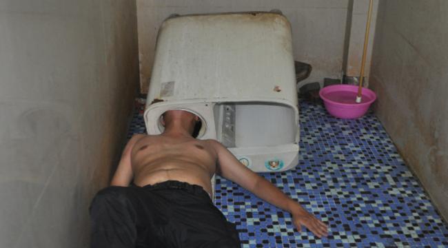 Ezért ne szereljen mosógépet a fejével