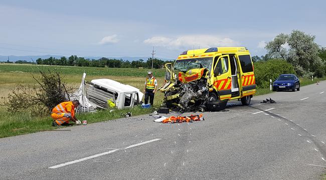 Brutális baleset! Mentőautó és kisteherautó ütközött