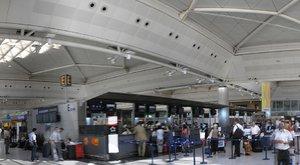 41 embert mészároltak le a reptéren