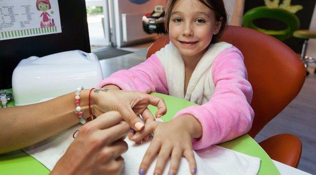 Gyerekkozmetikán tuningolják a kislányokat