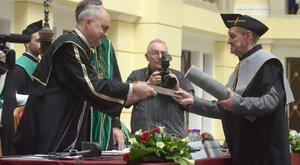 76 évesen vette át diplomáját Zoltán