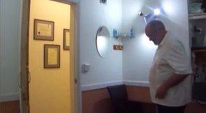 Undorító! Öltőzőbe rejtett kamerával kukkolta betegeit az orvos