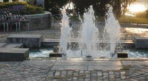 Tök meztelenül fürdőzött a szökőkútban egy nő a Jászai Mari téren