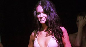 Leesett a színpadról Dotti, a szépségkirálynő - videó