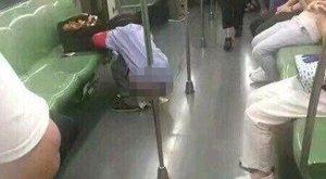 Kakálnia kellett, elvégezte a dolgát a metrón