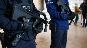 Bozótvágó késsel a kezében sétált – letartóztatták