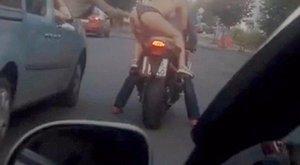 Tangában motorozott a nő, imádták az autósok