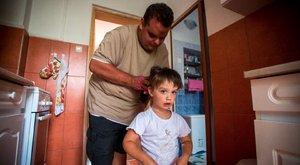 Vak édesapja egyedül neveli a kis Kittit