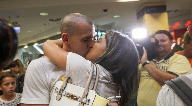 Hatalmas csókkal várta haza Dia Cseh Lacit